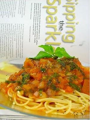 Mon chay mi spaghetti nấu xốt cà chua và thảo mộc