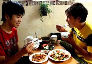 Những ngày tết, Thái Việt (bìa phải, 24 tuổi, Q.Bình Thạnh, TP.HCM) thường xuống bếp tự làm món chay thết đãi bạn bè